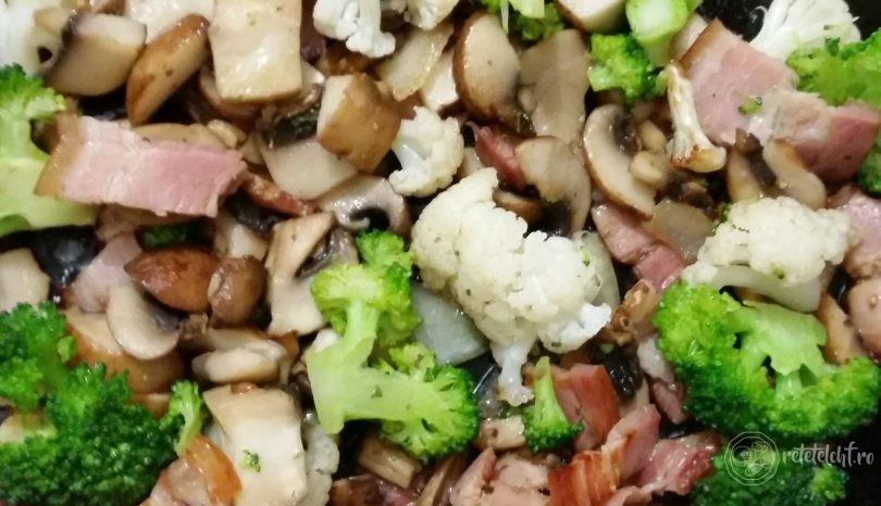 Omletă cu bacon și legume