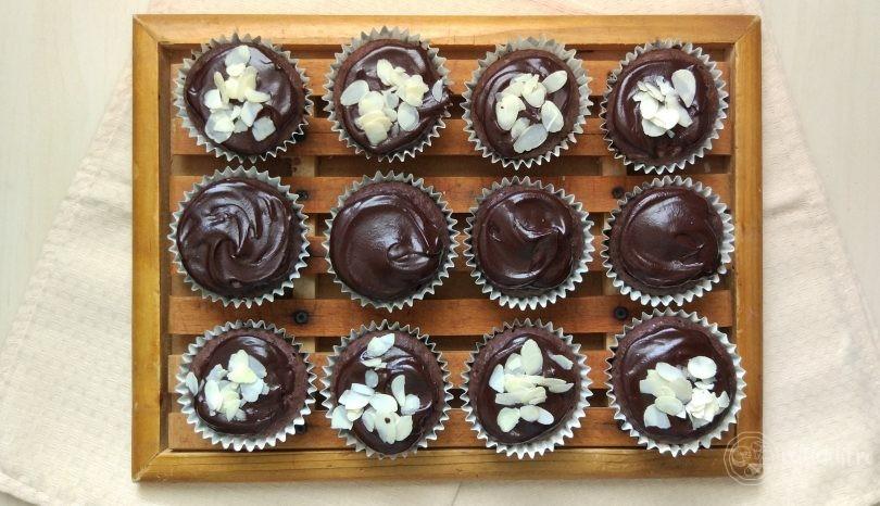 Brioșe de cacao cu glazură de ciocolată LCHF