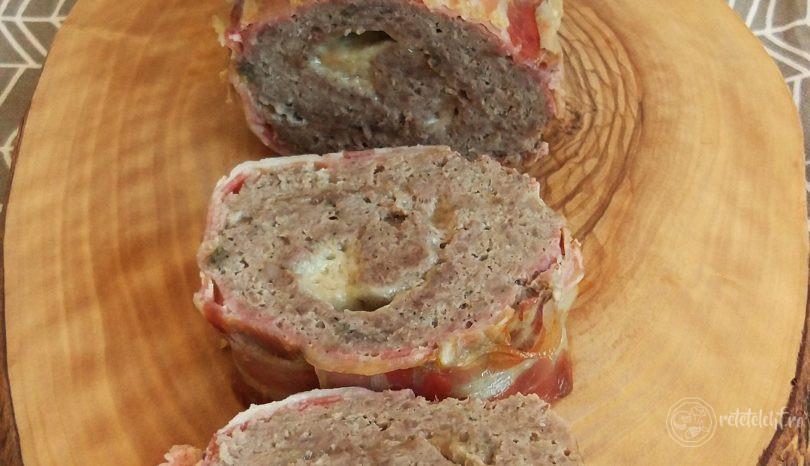 Ruladă de carne tocată cu parmezan, în crustă de bacon
