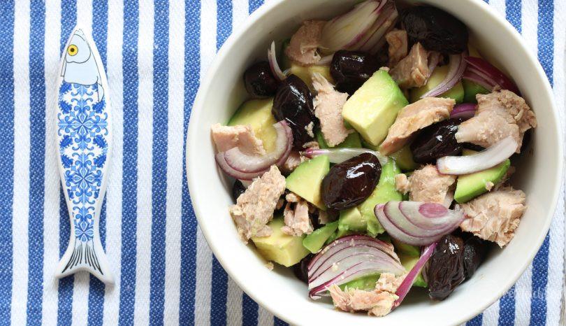 Salata de ton cu avocado, măsline și ceapă
