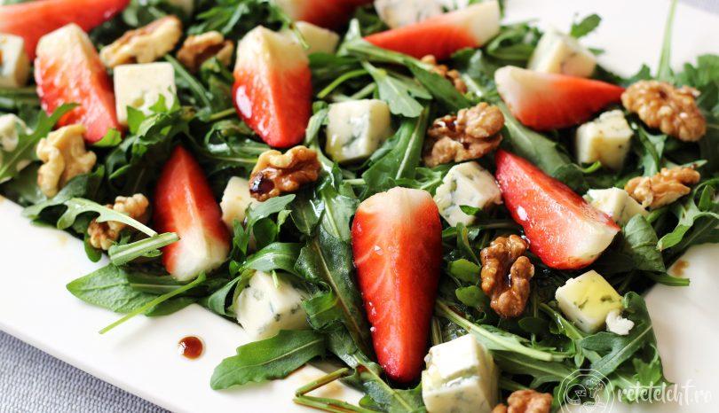 Salată de rucola cu căpșuni, nuci și brânză cu mucegai