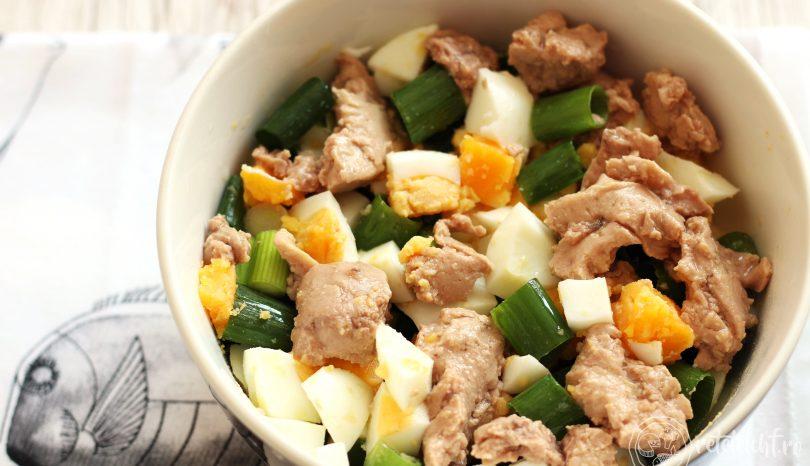 Salată de ficat de cod, ouă și ceapă verde