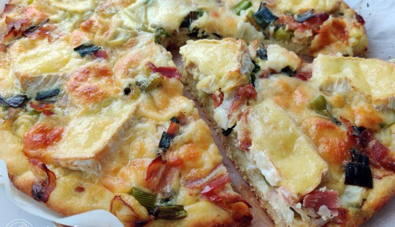 Tartă cu bacon, ceapă și brânzeturi